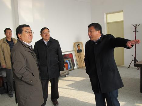 梁院长向自治区教育厅张建仁副厅长介绍学院发展规划